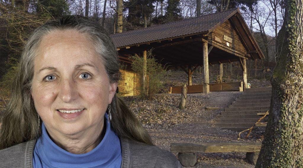 Foto-Collage: Frau mit langen, grauen Haaren, im Hintergrund offene Waldhütte