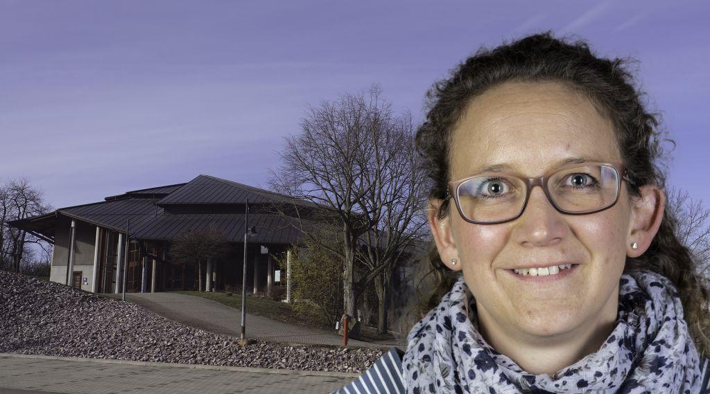 Foto-Collage: Frau mit Brille und zusammengebundenen, braunen Haaren vor Sternenberghalle