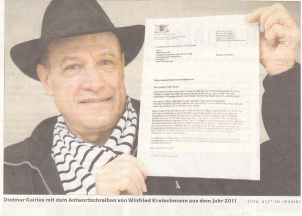 Zeitungsausschnitt mit Foto: Mann mit Hut und Schal hält einen Brief von Ministerpräsident Kretschmann, Baden-Württemberg, in der Hand.