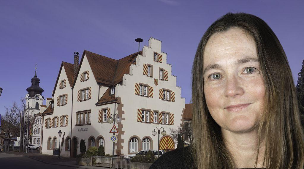 Foto-Collage: Frau mit langen, braunen Haaren vor einem historischen Haus.