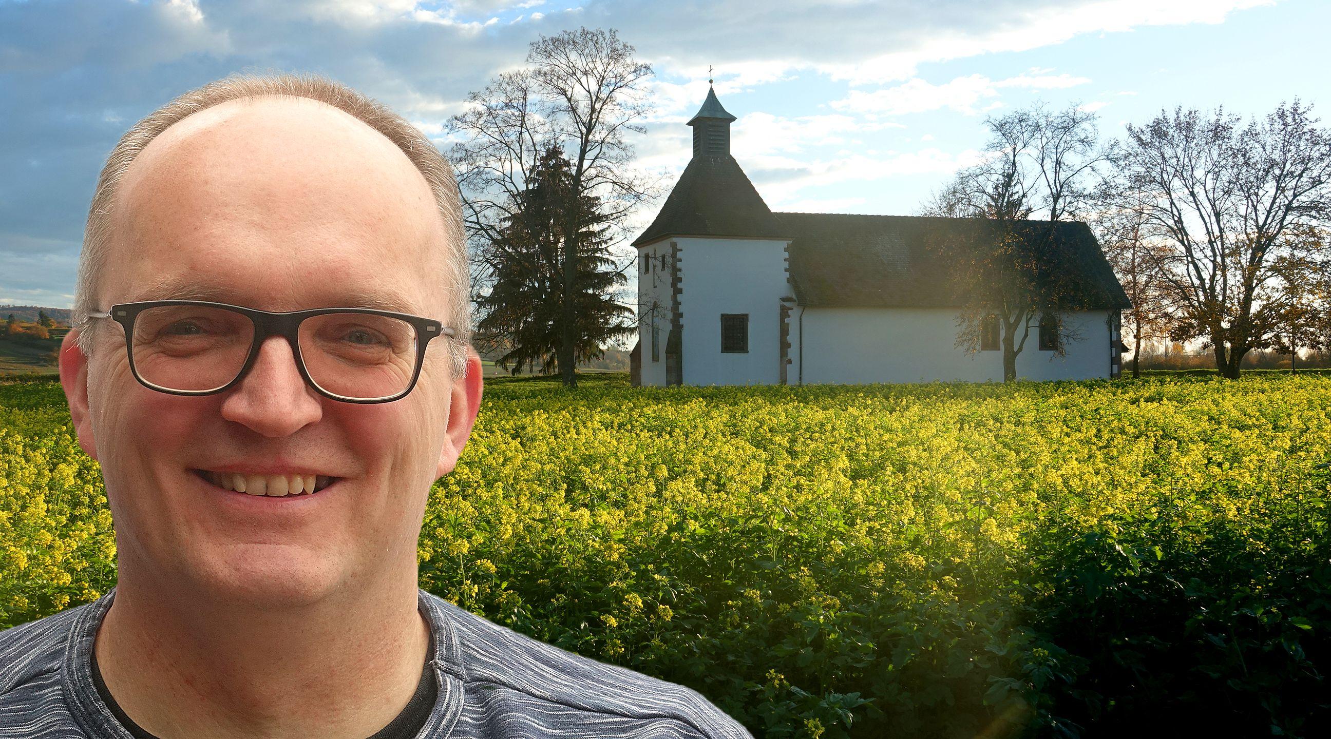 Foto-Collage: Mann mit Brille und hoher Stirn vor kleinen Kirche im Grünen