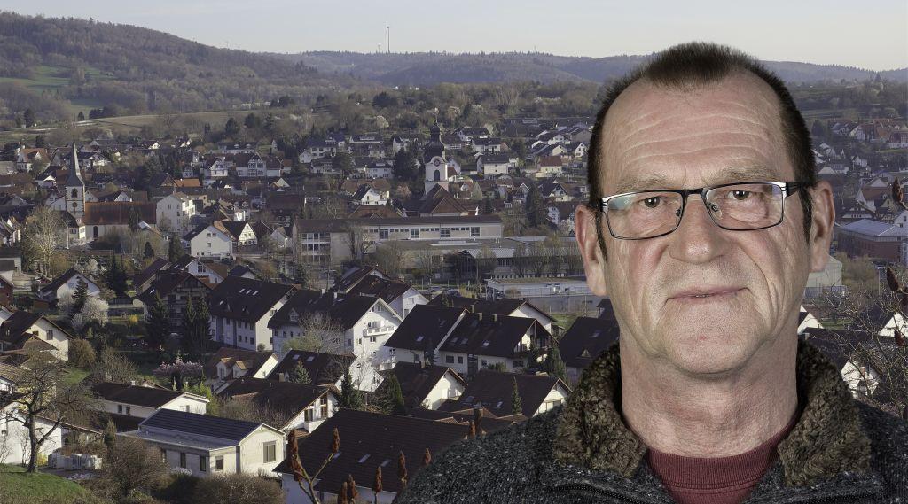 Foto-Collage: Mann mit Brille vor Dorf-Panorama