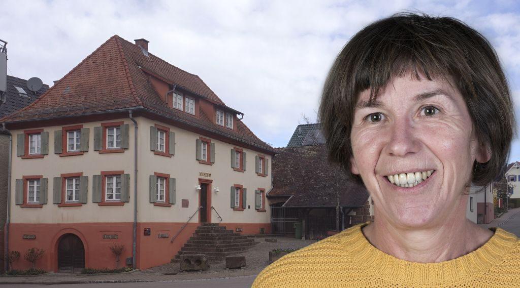 Foto-Collage: Frau mit kurzen, braunen Haaren, Im Hintergrund 2geschossiges älteres Haus mit großer Treppe und Eingang in Keller